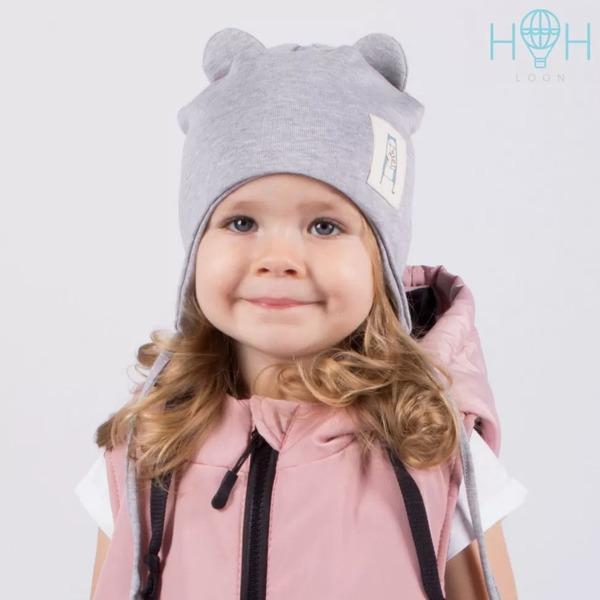 Шапка для малышей с завязками и нашивкой